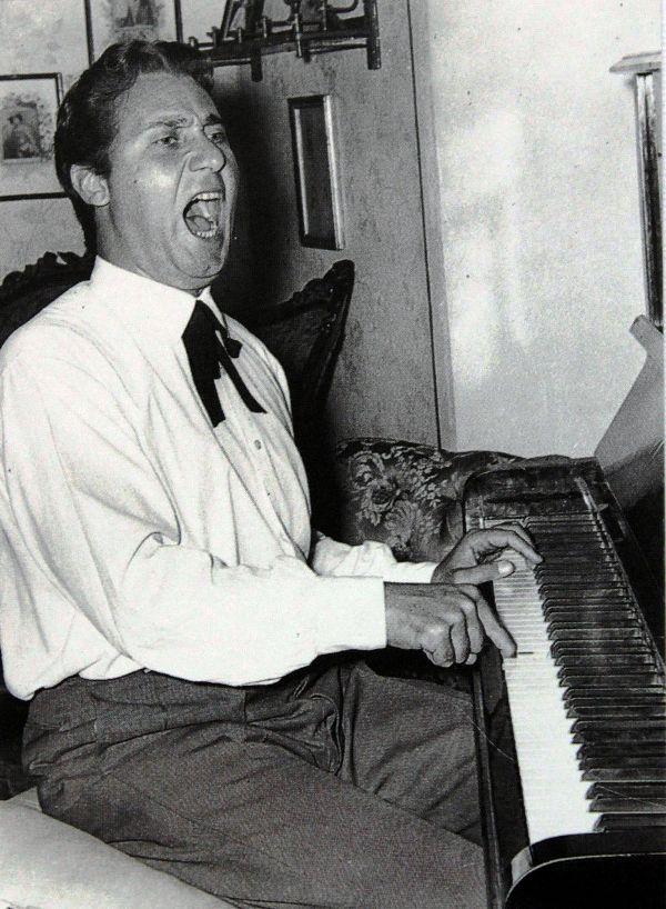 Alberto Sordi suona